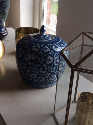 Blåvit urna med lock